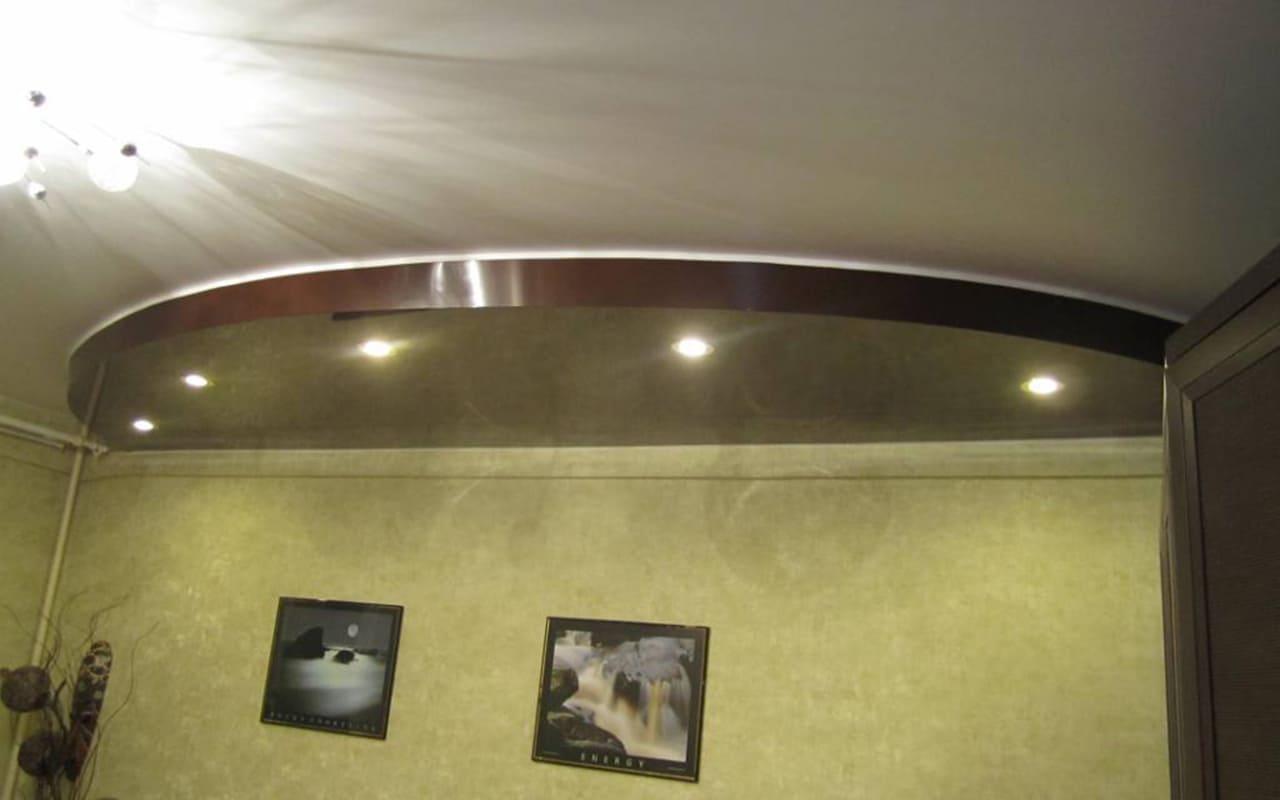 Натяжной потолок двухуровневый в спальне 11,9 м2