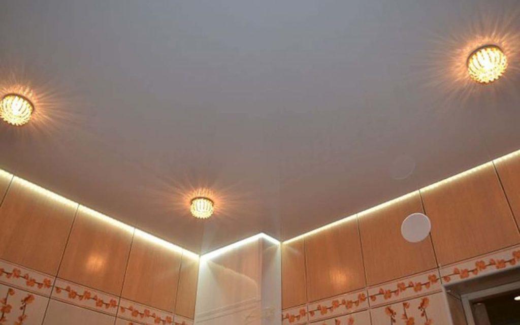 Натяжной потолок парящий глянцевый в ванной 3,3 м2