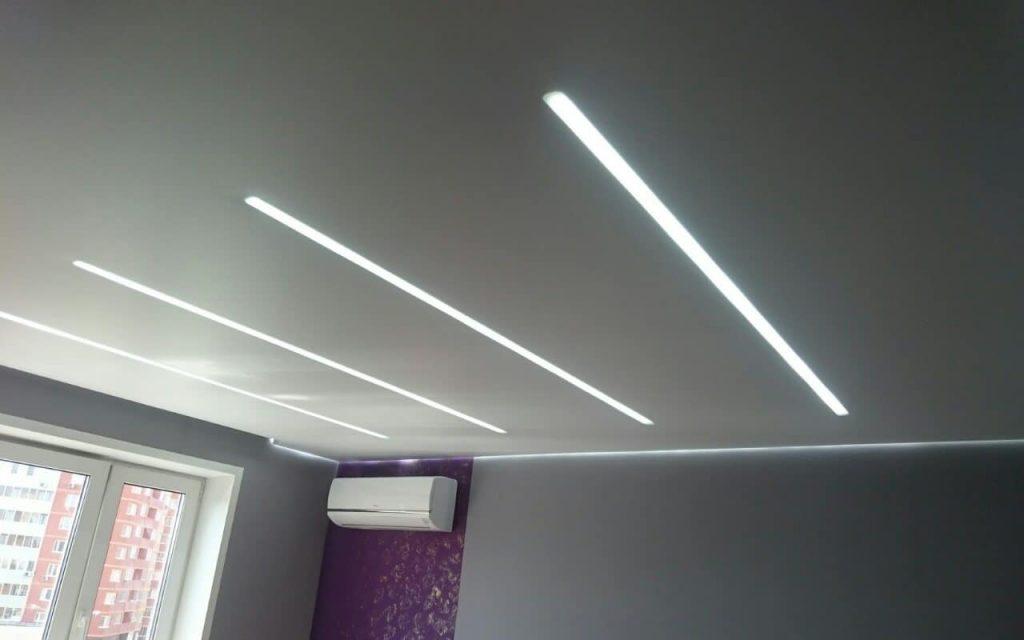 Матовый парящий натяжной потолок в спальне 16 кв.м со световыми линиями