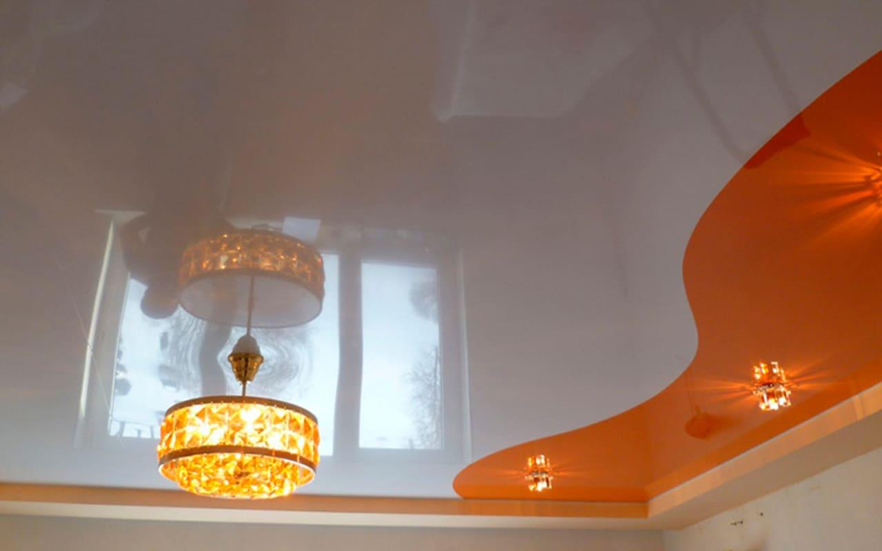 Натяжной потолок глянцевый в детской 10 м2 комбинированный со спайкой