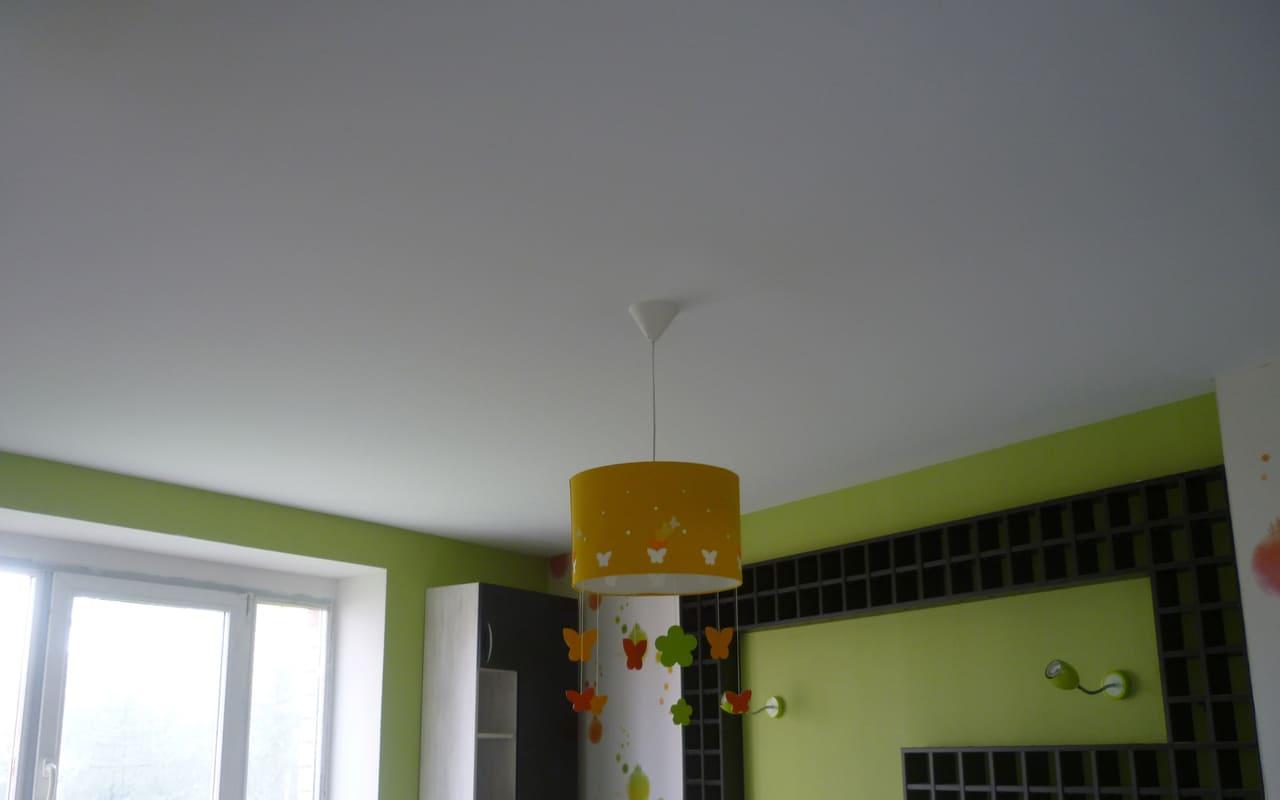 Натяжной потолок матовый белый в детской 16 м2