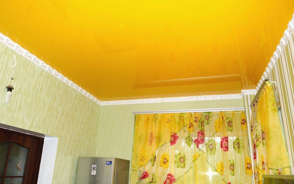 Натяжной потолок глянцевый на кухне 7,3 м2