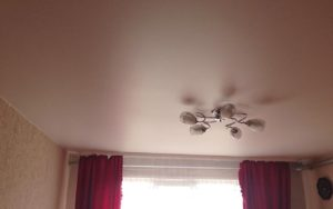 Натяжной потолок сатин цветной в детской 12 м2