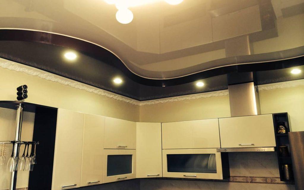 Двухуровневый натяжной потолок в кухне 12,8 кв.м. со светильниками