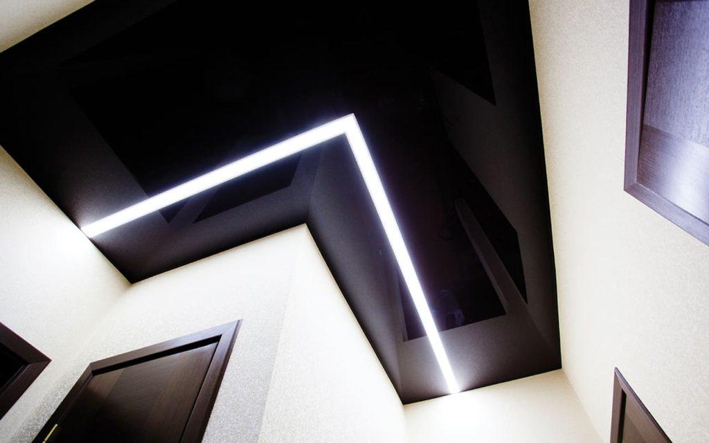 Натяжной потолок со световыми линиями в прихожей 2,85 м2