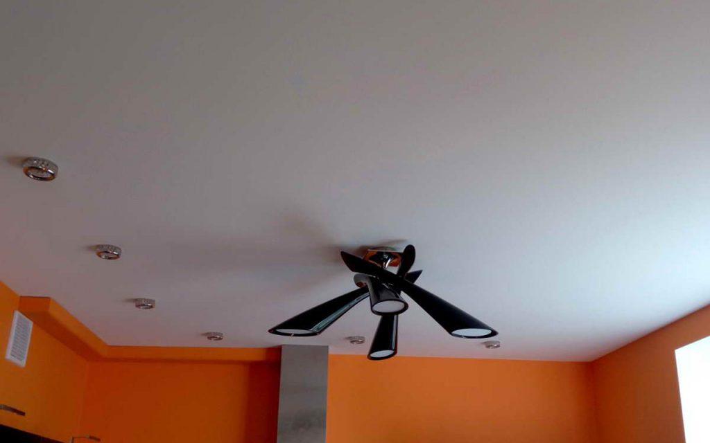 Натяжной потолок матовый на кухне 7,45 кв.м.