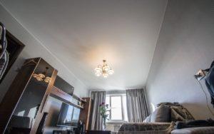 Матовый натяжной потолок в гостиной 15,2 кв.м