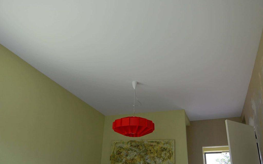Натяжной потолок матовый в спальне 12,43 м2