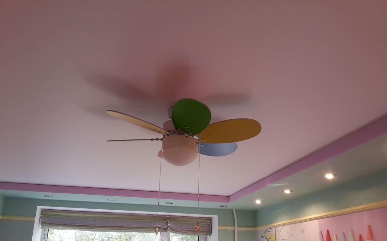 Натяжной потолок матовый цветной в детской 9,4 м2