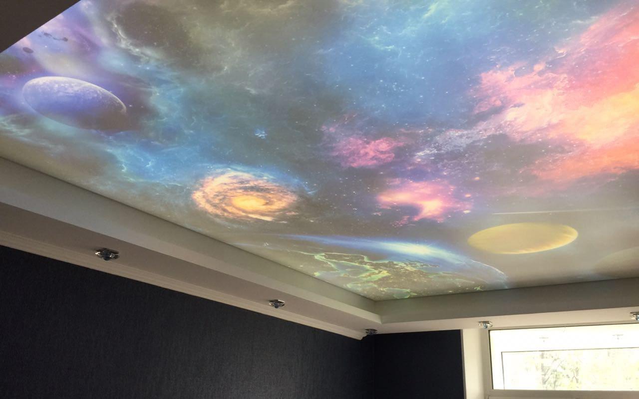 """Натяжной потолок с фотопечатью """"Дабл вижн"""" в спальне 12 кв.м."""