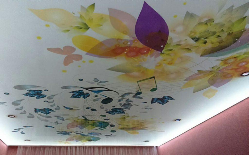 Натяжной потолок глянец белый в детской 14,8 м2 с фотопечатью и подсветкой
