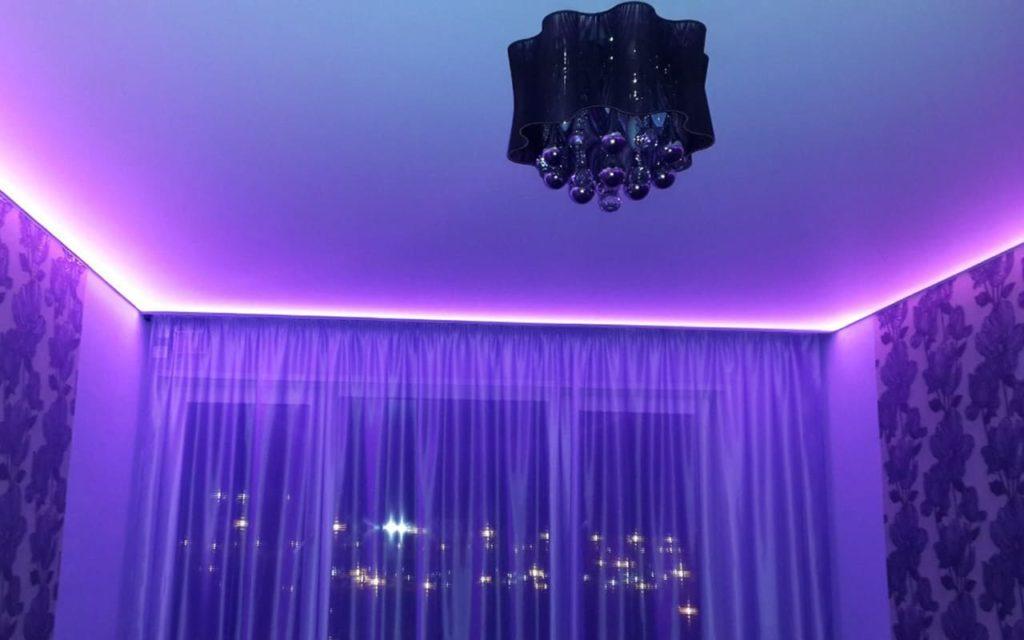 Парящий натяжной потолок в гостиной 20,2 кв.м