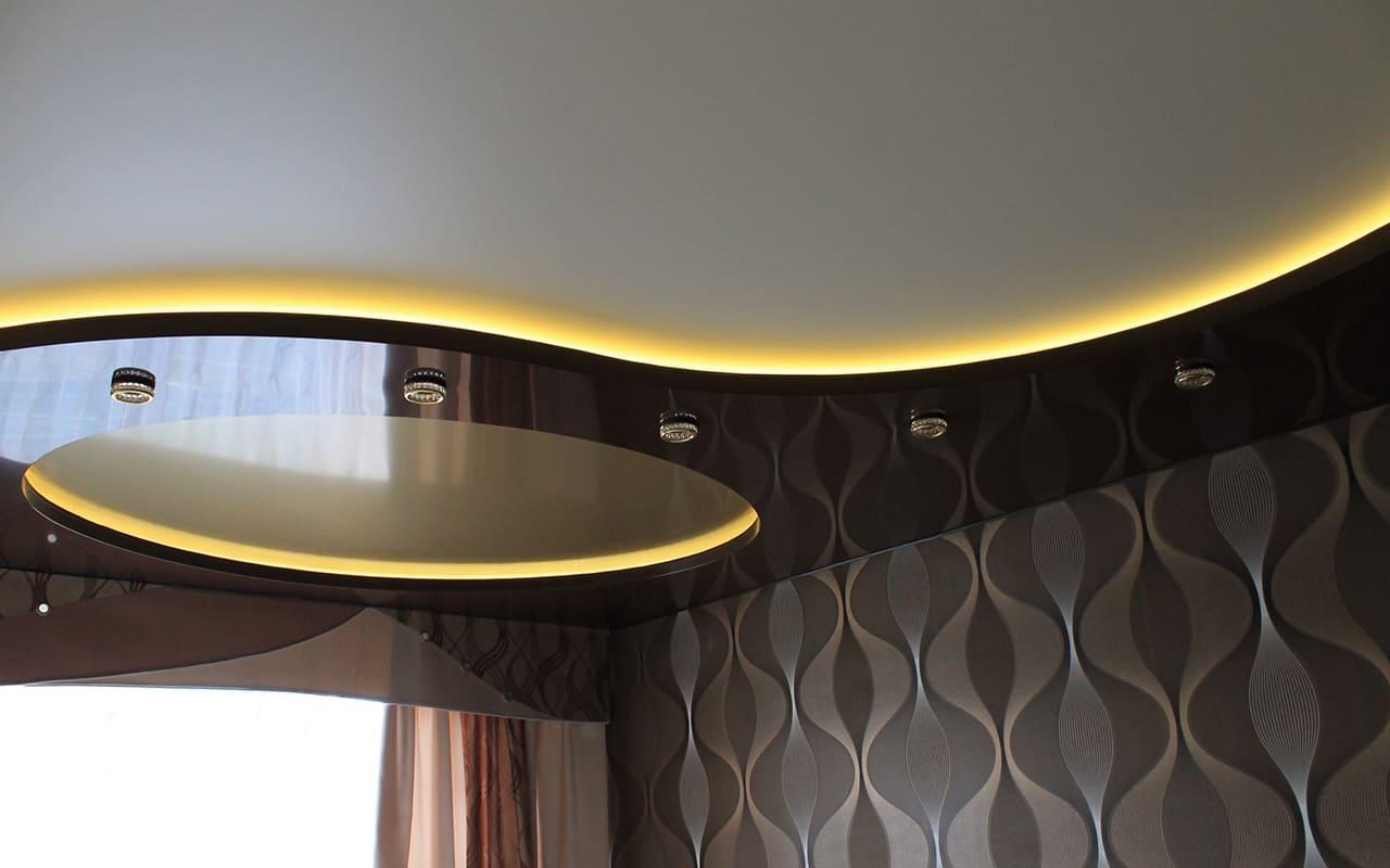 Двухуровневый натяжной потолок с подсветкой в зале 17,8 кв.м.