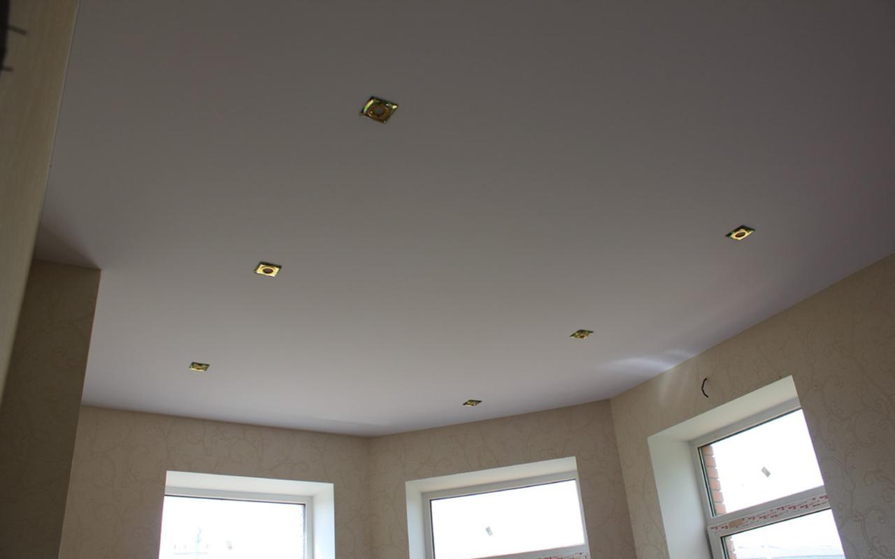 Натяжной потолок в гостинной 24 кв.м. со светильниками