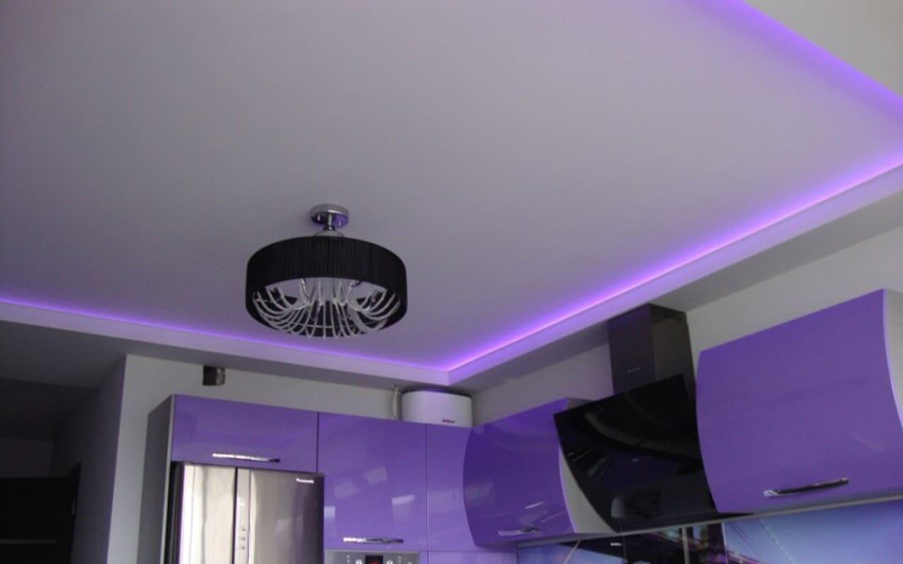 Натяжной потолок матовый на кухне 6,9 м2 парящий