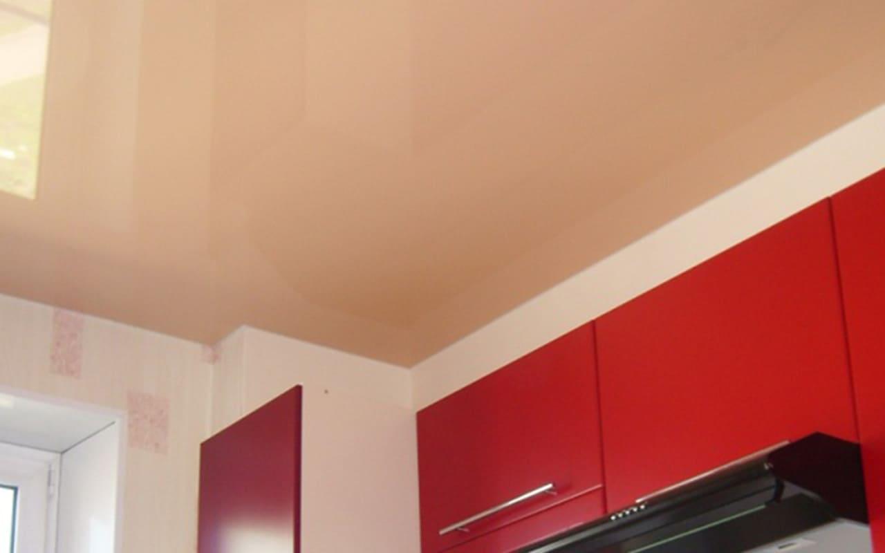 Глянцевый натяжной потолок на кухне 7,1 кв.м.