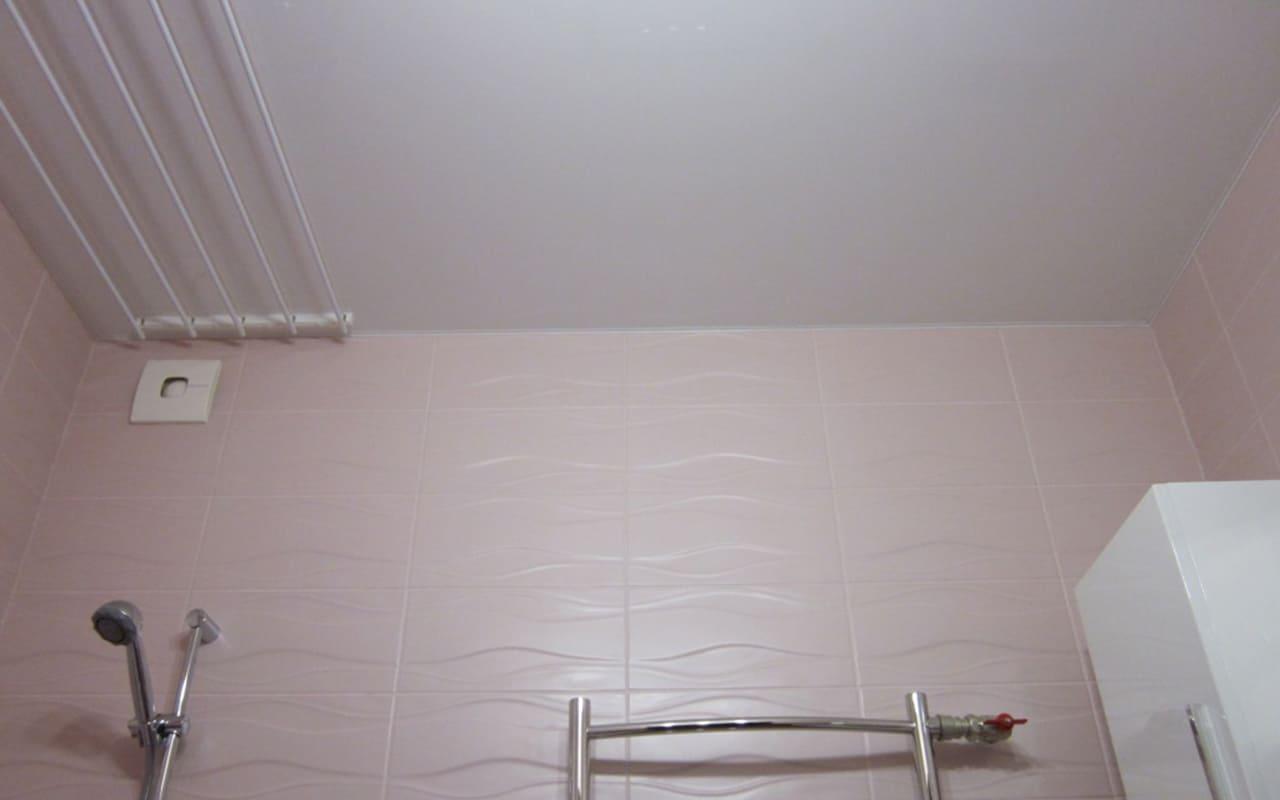 Натяжной потолок матовый в ванной 2,6 м2
