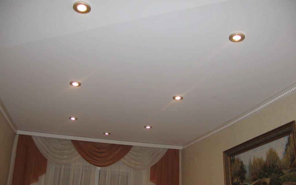 Натяжной потолок матовый в спальне 12,5 м2