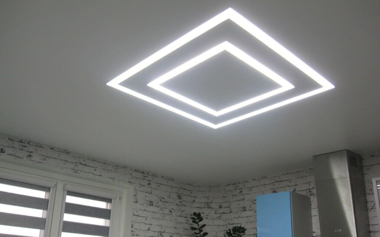 Натяжной потолок матовый со световыми линиями на кухне 12,4 м2