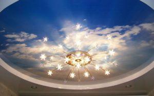 Натяжной потолок фотопечать облака с люстрой