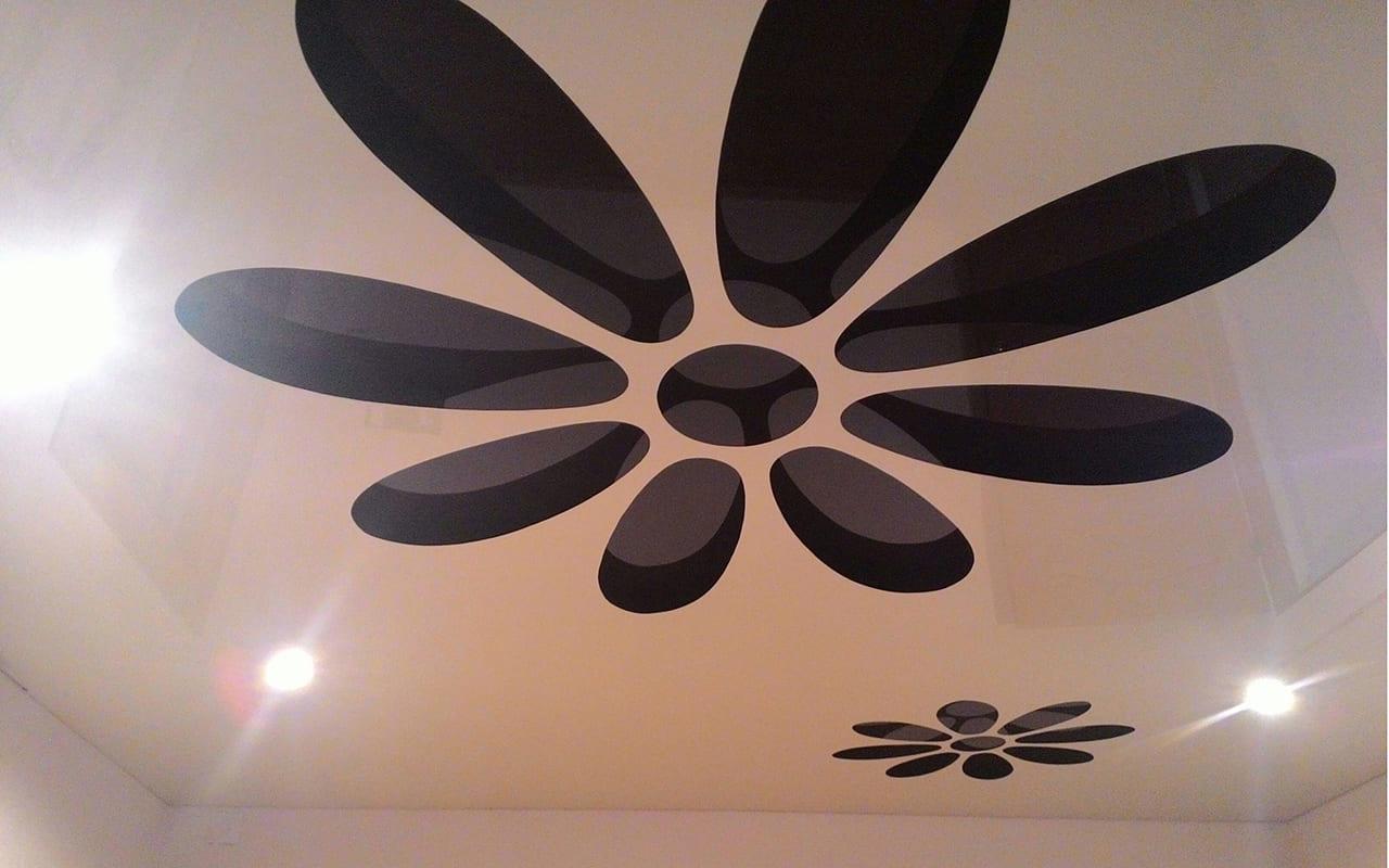 Перфорированный натяжной потолок в спальне 9,9 кв.м.