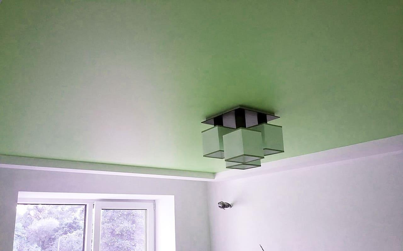 Натяжной потолок матовый цветной в спальне 14 м2