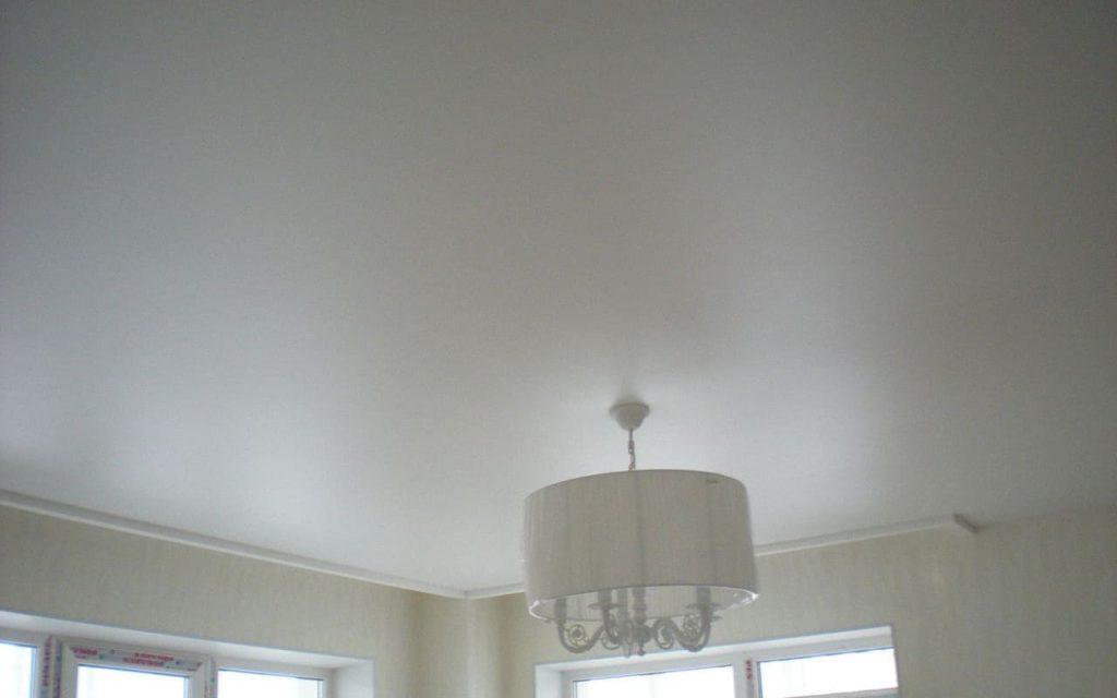 Матовый натяжной потолок в гостиной 17,4 кв.м.
