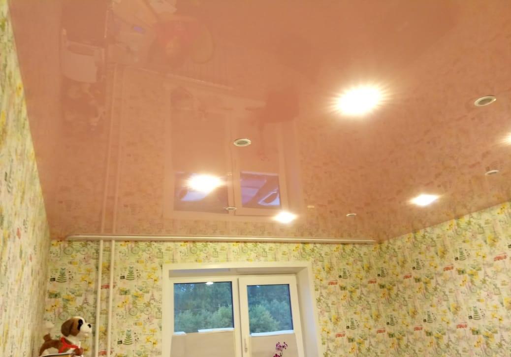 Глянцевый натяжной потолок в детской 13,5 кв.м.