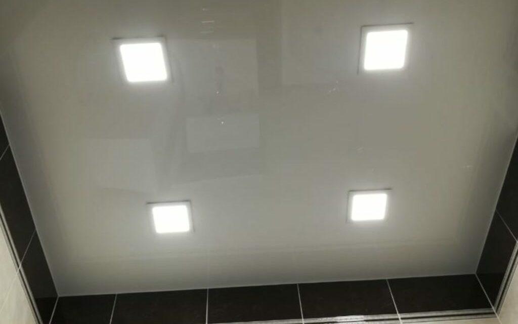 Натяжной потолок глянцевый в санузле 3,2 кв.м.