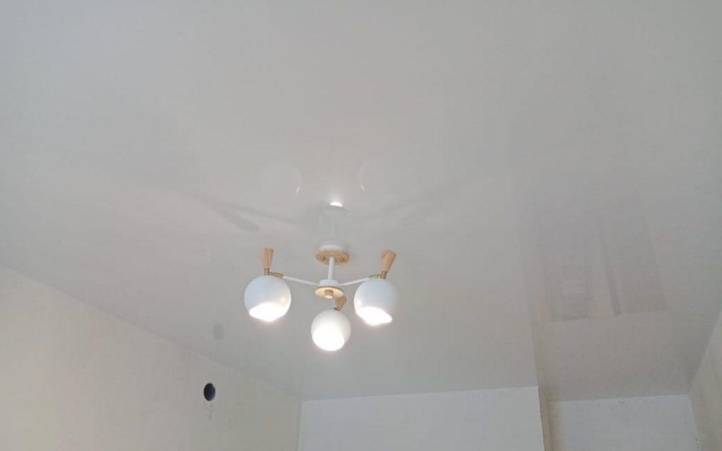 Глянцевый натяжной потолок в спальне 10,37 кв.м.