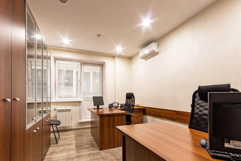 Натяжной потолок матовый в офисе 22,6 м2