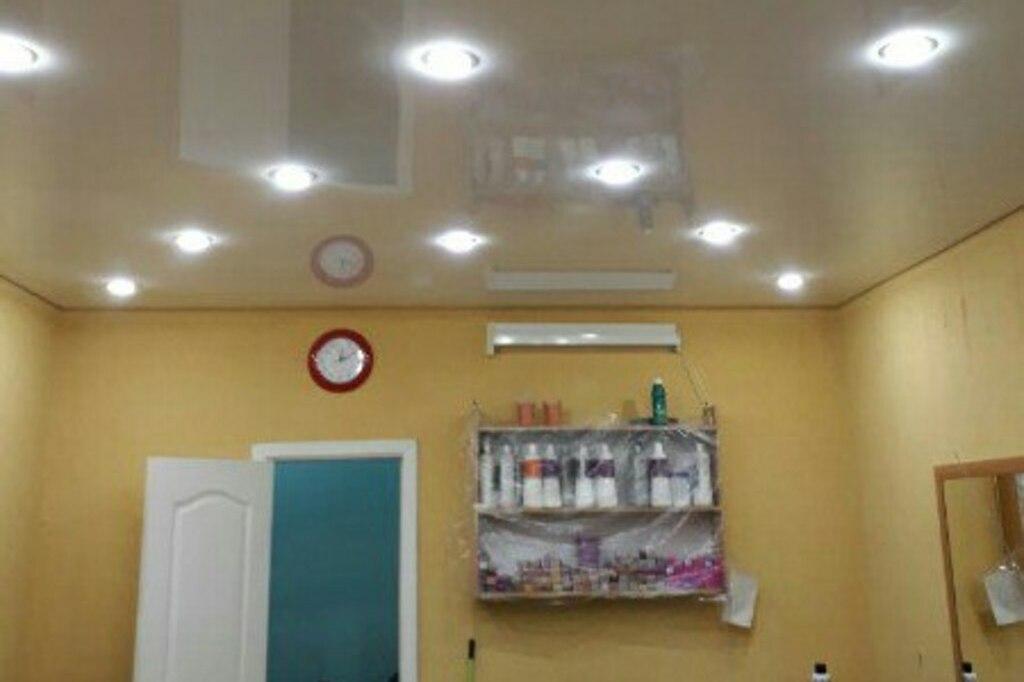 Натяжной потолок глянцевый в салоне красоты 23,1 м2