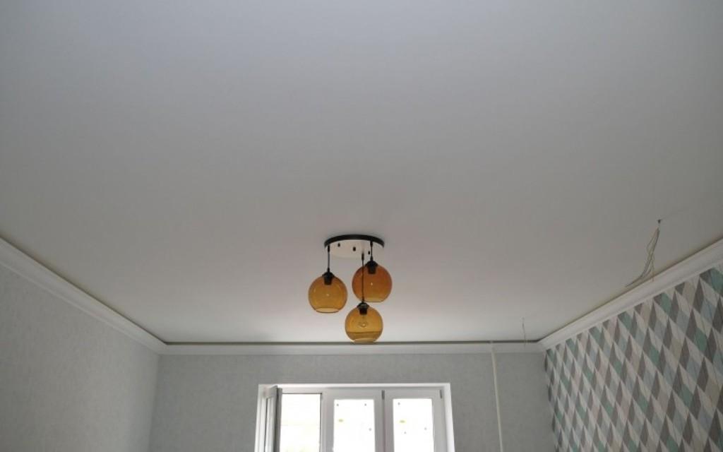 Натяжной потолок сатин в спальне 16,45 м2