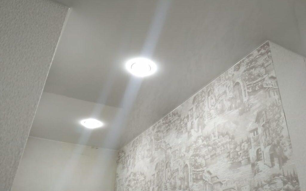 Натяжной потолок глянцевый в прихожей 4,2 м2
