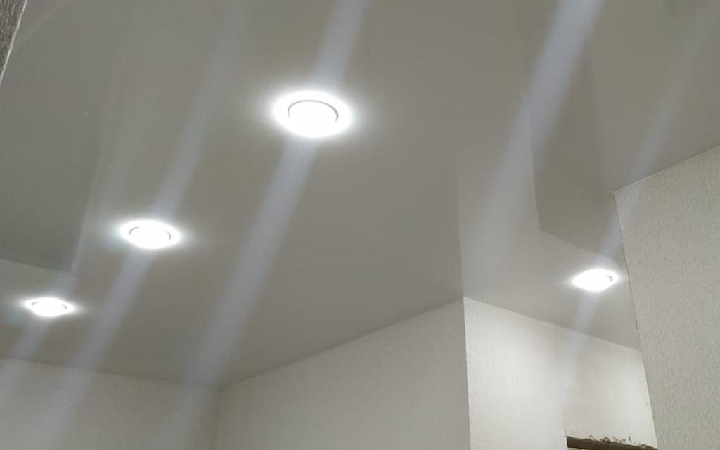 Натяжной потолок глянцевый в прихожей 4,8 м2