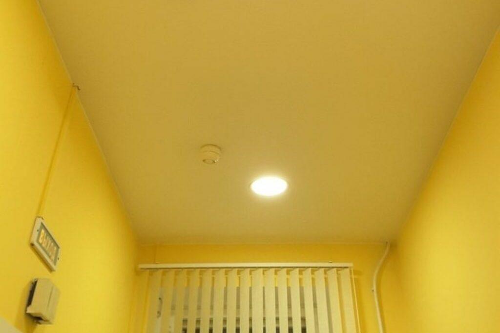 Натяжной потолок сатиновый цветной в холле офиса 11 м2