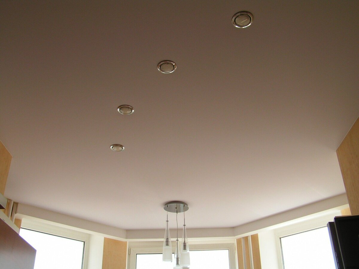 Натяжной потолок тканевый в гостиной 26,8 м2
