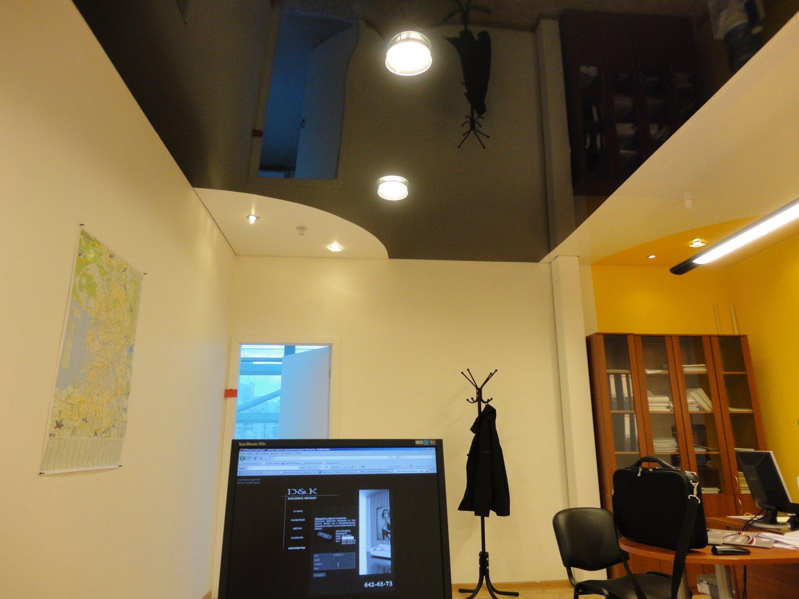 Натяжной потолок комбинированный спайкой в офисе 21,9 м2