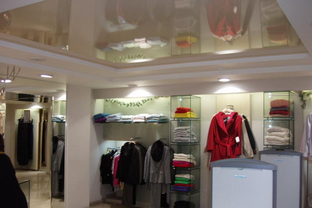 Натяжной потолок глянцевый в магазине 17,6 м2