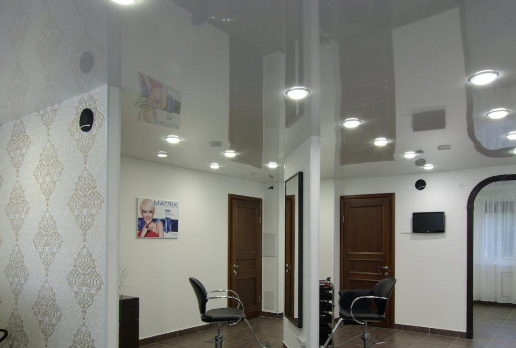 Натяжной потолок глянцевый в салоне красоты 32,7 м2
