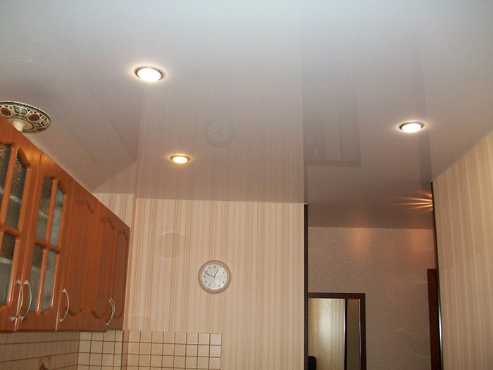 Натяжной потолок глянцевый на кухне 7,2 м2 со светильниками