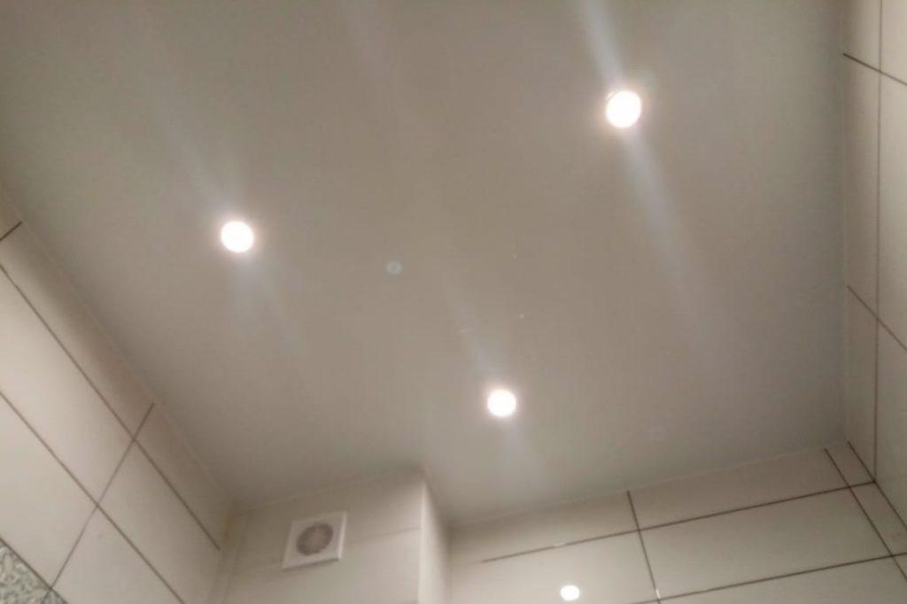 Натяжной потолок Cold Stretch в ванной 2,21 м2