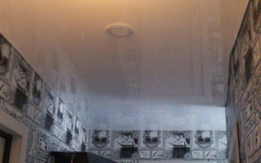Натяжной потолок глянцевый в прихожей 4,65 м2