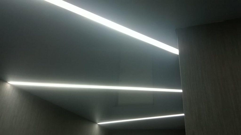 Натяжной потолок со световыми линиями в прихожей 3.9 м2